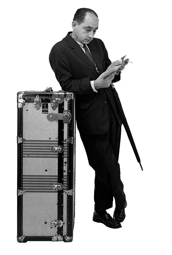 """ハーマンミラー社の広告""""旅行者たち""""のために ポーズをとるジョージ・ネルソン 1954 頃 George Nelson posing for a Herman Miller advert """"Traveling Men"""", ca.1954 Photo: Vitra Design Museum Archiv"""